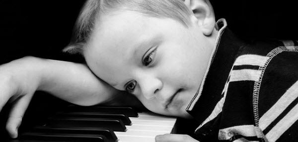 大人のためのピアノ教本なので自分はできないと寂しがる男の子