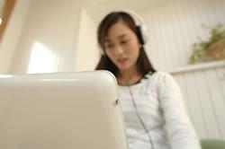 パソコンに触れる女性
